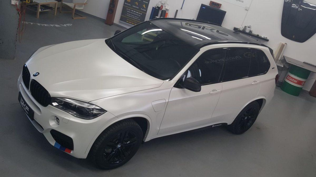 BMW X5 Zmiana Koloru z Wnękami – Satin Pearl White